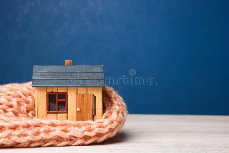 Maison en bois dans l'écharpe images stock