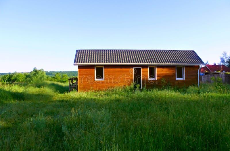 Maison en bois dans la campagne photo stock