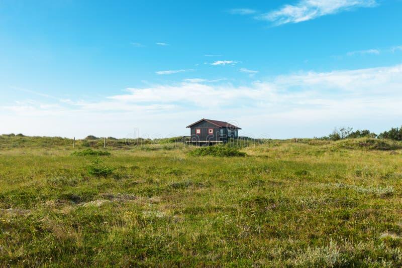 Maison en bois dans la nature photographie stock libre de droits