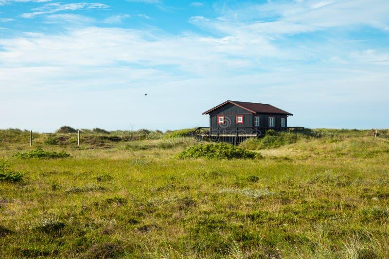 Maison en bois dans la nature photo stock