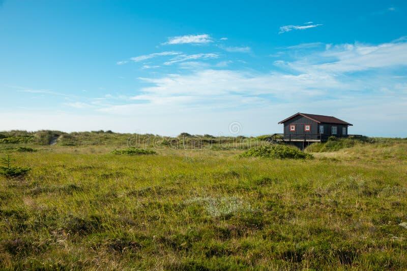 Maison en bois dans la nature photos stock