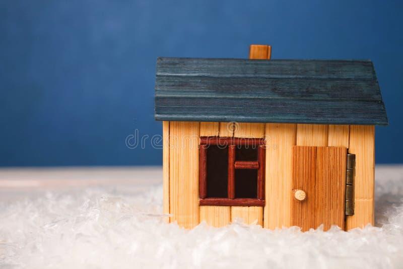 Maison en bois dans la neige images libres de droits