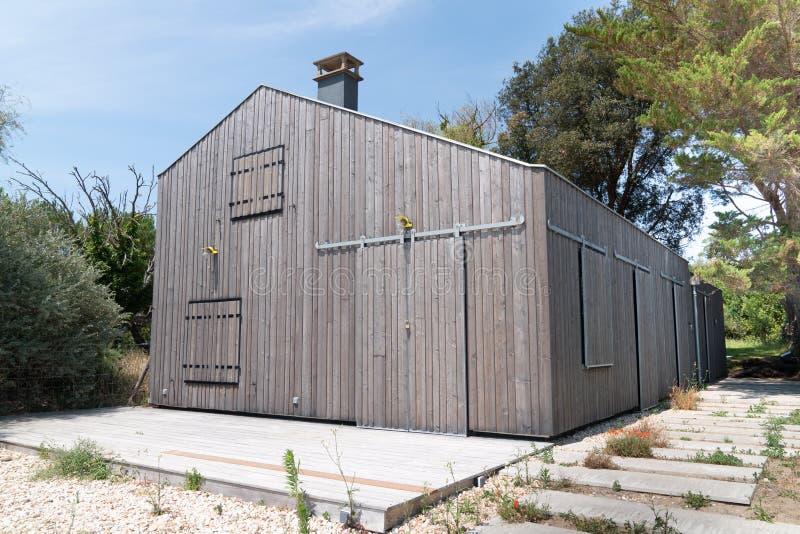 Maison en bois dans le sable au design extérieur moderne photographie stock