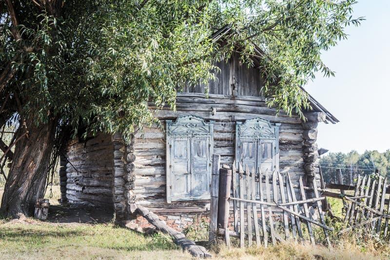 Maison en bois dans le village russe photo libre de droits