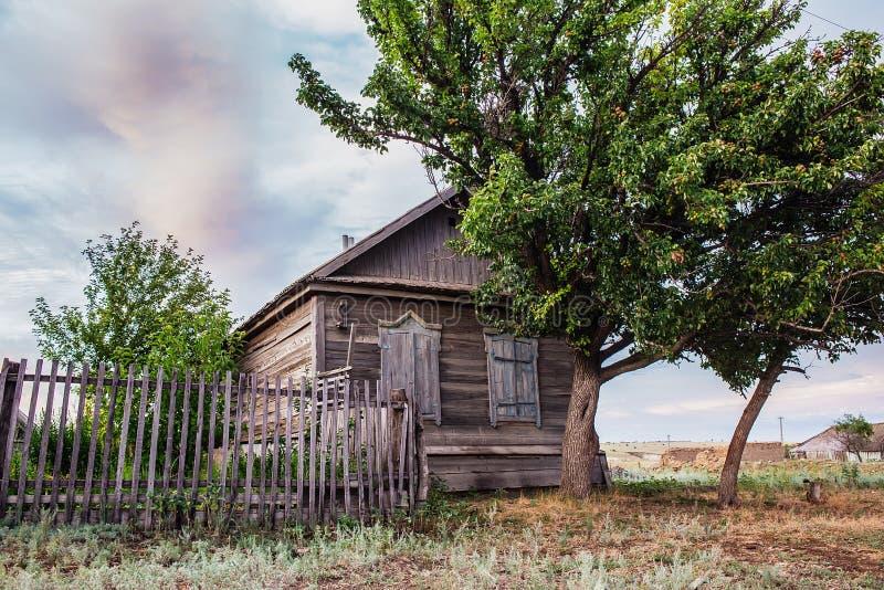 Maison en bois dans le village russe photographie stock