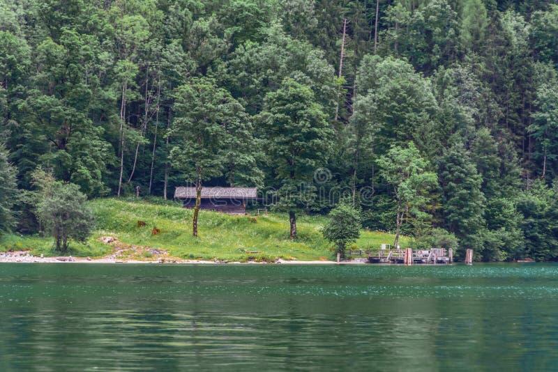 Maison en bois dans les montagnes dans le lac Konigssee, Bavière, Alpes, Allemagne photographie stock