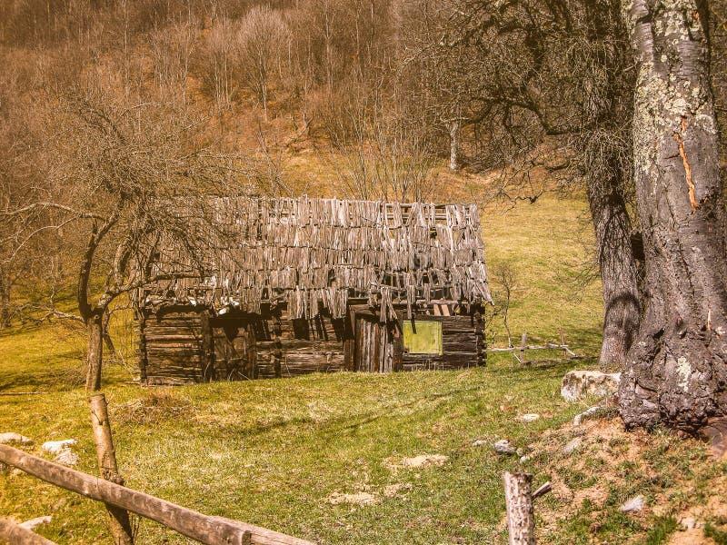Maison en bois de délabrement photo stock