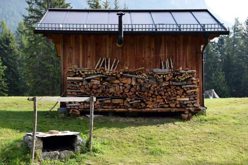Maison en bois de foin de montagne, bois coupé, Cadore en montagnes de Dolomity, Italie photographie stock libre de droits