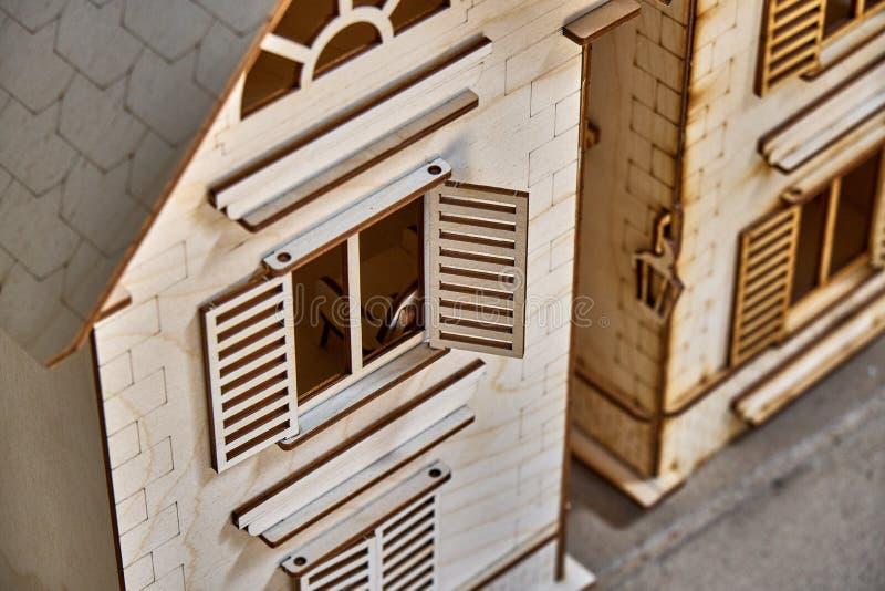 Maison en bois de jouet Le constructeur a découpé du contreplaqué pour des enfants images stock