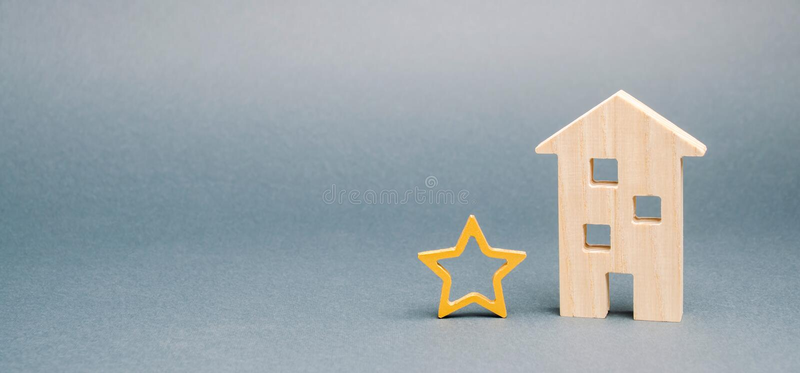 Maison en bois et une étoile Concept de retour n?gatif Portion de qualit? et de service ?valuation du critique Hôtel ou image libre de droits