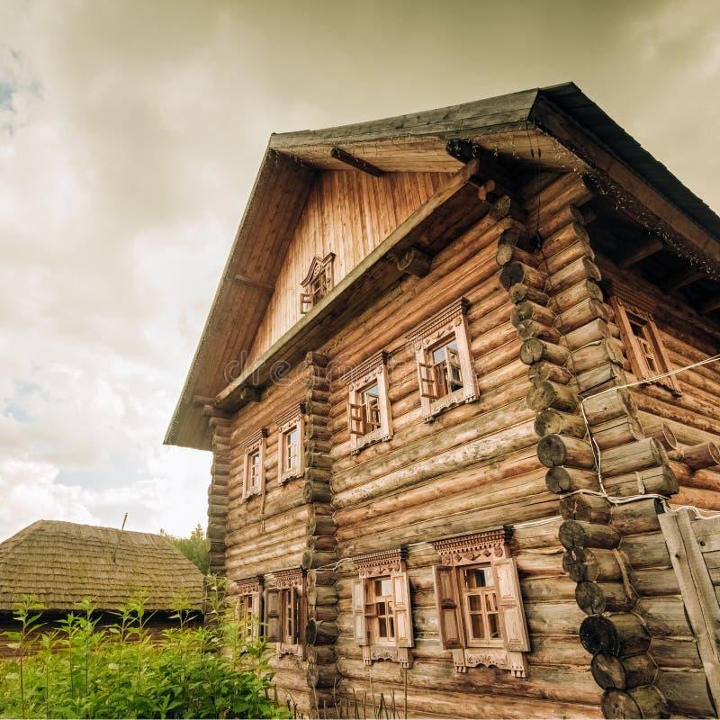 Maison en bois faite de rondins photos libres de droits