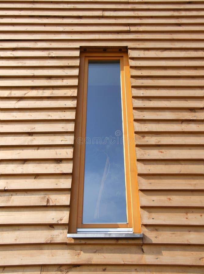 Maison en bois moderne d'hublot photo libre de droits