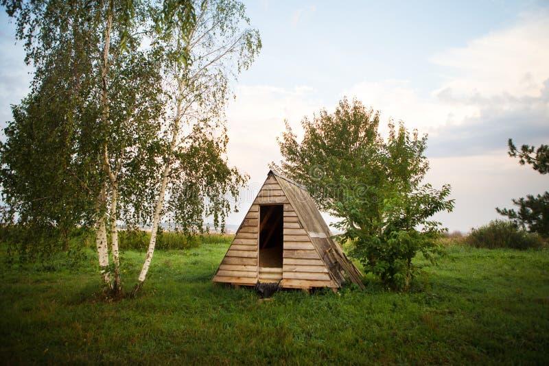 Maison en bois près du lac sous forme de triangle, les vacances parfaites photo stock