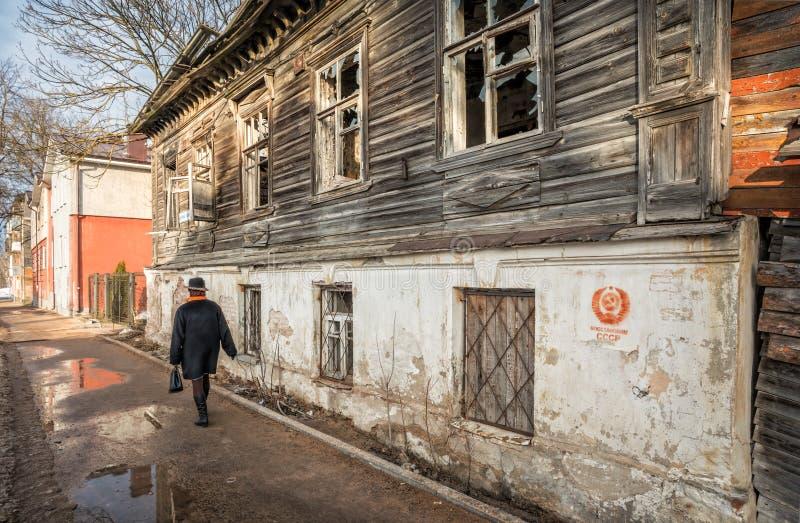 Maison en bois ruinée à Pskov images libres de droits