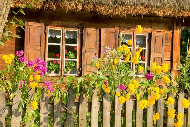 Maison en bois rurale traditionnelle de cottage photo stock