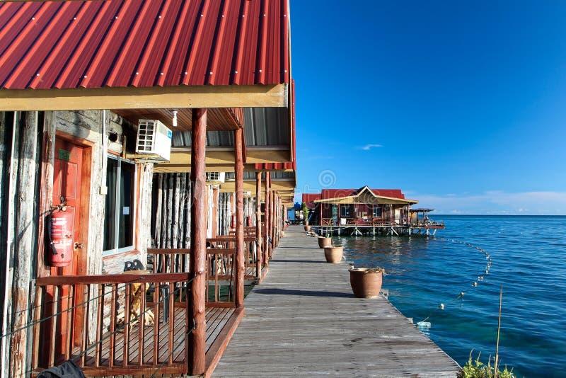 Maison en bois sur l'océan photo libre de droits