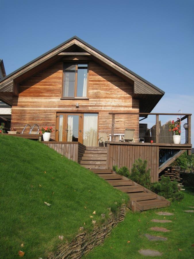 Maison en bois sur la côte verte images libres de droits