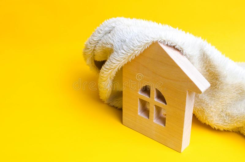 Maison en bois sur un fond jaune Le concept du chauffage des maisons et des appartements Système de chauffage Économiseur d'énerg image stock