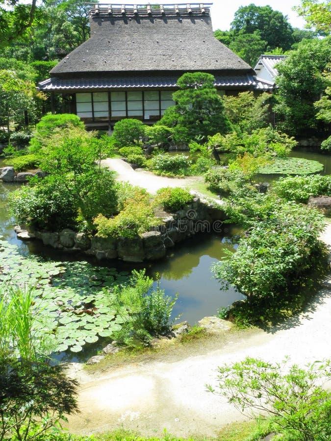Maison en bois traditionnelle dans le jardin de zen d'Isuien photos libres de droits