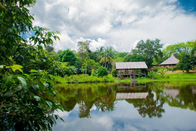 Maison en bois traditionnelle près du lac Kuching au village de culture de Sarawak malaysia photos libres de droits