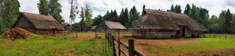 Maison en bois typique et ethnographique photo stock
