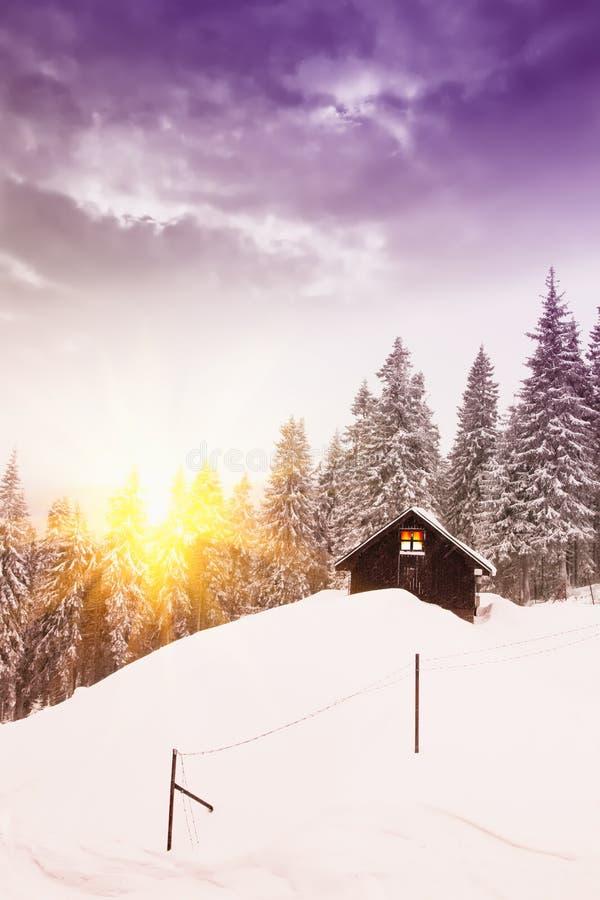 Maison en hiver image stock