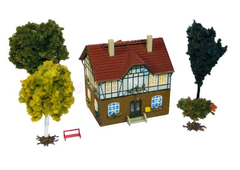 Maison et arbres modèles photos stock