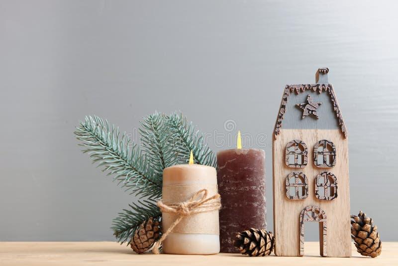 Maison et bougie en bois image stock