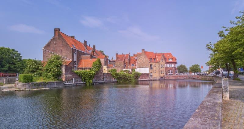 Maison et canal en briques rouges traditionnels à Bruges, Belgique image libre de droits