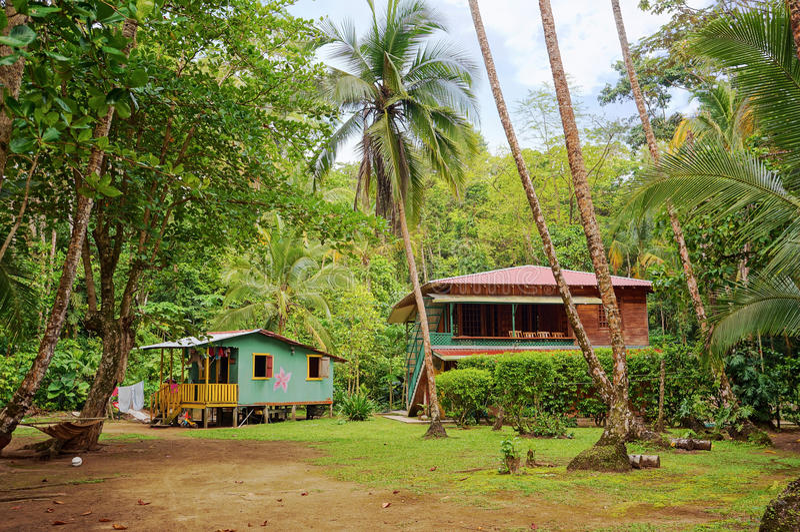 Maison et hutte des Caraïbes avec la végétation tropicale photographie stock libre de droits