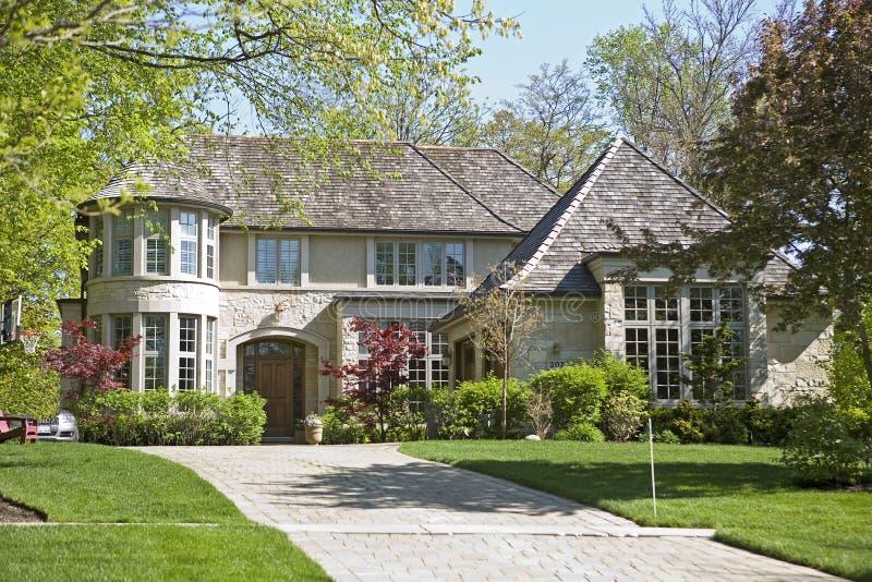 Maison Et Jardin Américains. Photo stock - Image du herbe, famille ...