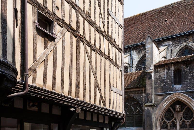 maison et mur à colombage d'église à Troyes photo libre de droits