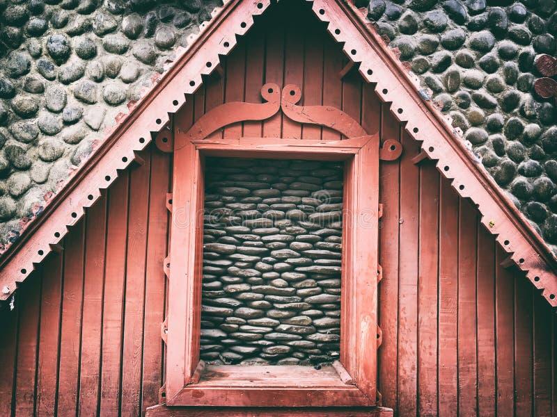Maison et pavés ronds en bois photographie stock