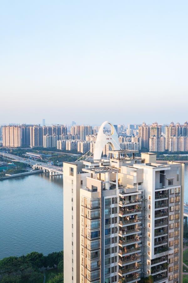 Maison et pont de rapport dans la ville de Guangzhou photo libre de droits