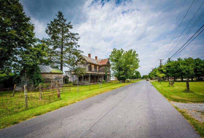 Maison et route abandonnées dans Elkton, en vallée de Shenandoah de photos libres de droits