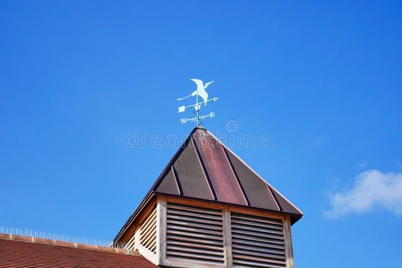 Maison et signe colorés de prévisions météorologiques avec le ciel bleu photos libres de droits