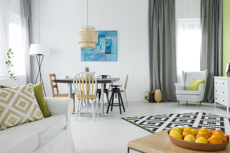 Maison fonctionnelle avec la table de salle à manger photo libre de droits