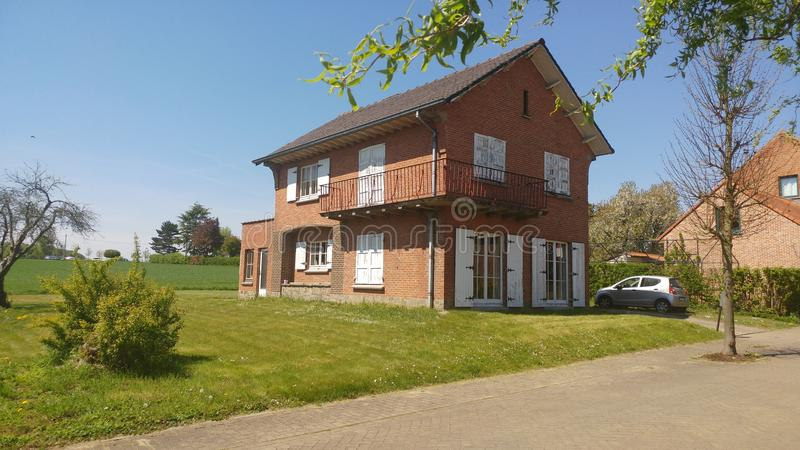 Maison gentille en Belgique au soleil photographie stock