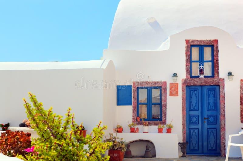 Maison grecque traditionnelle avec la porte et les fenêtres bleues, Santorini photos libres de droits