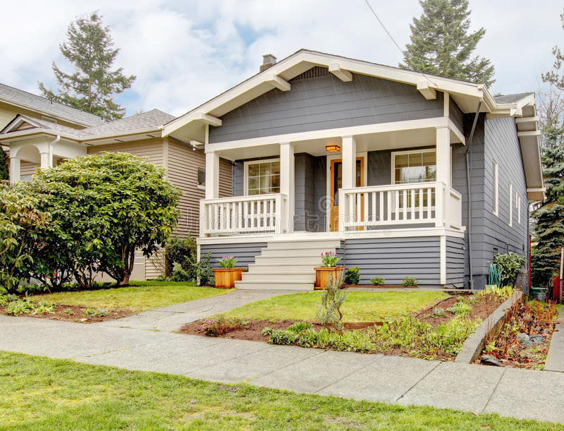 Maison grise de type d'artisan avec le porche blanc. images libres de droits