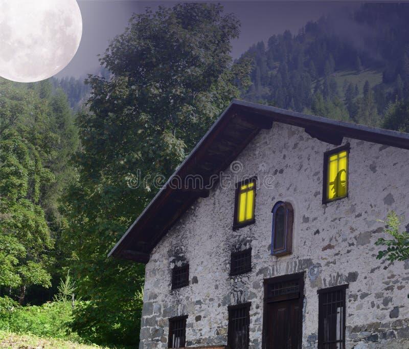 Maison hantée dans les bois, avec la lune dans le ciel image stock