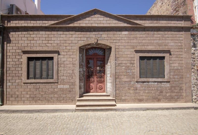 Maison historique isolée d'étage unique C'a été succédé la rue Les routes ont fait du pavé photos libres de droits