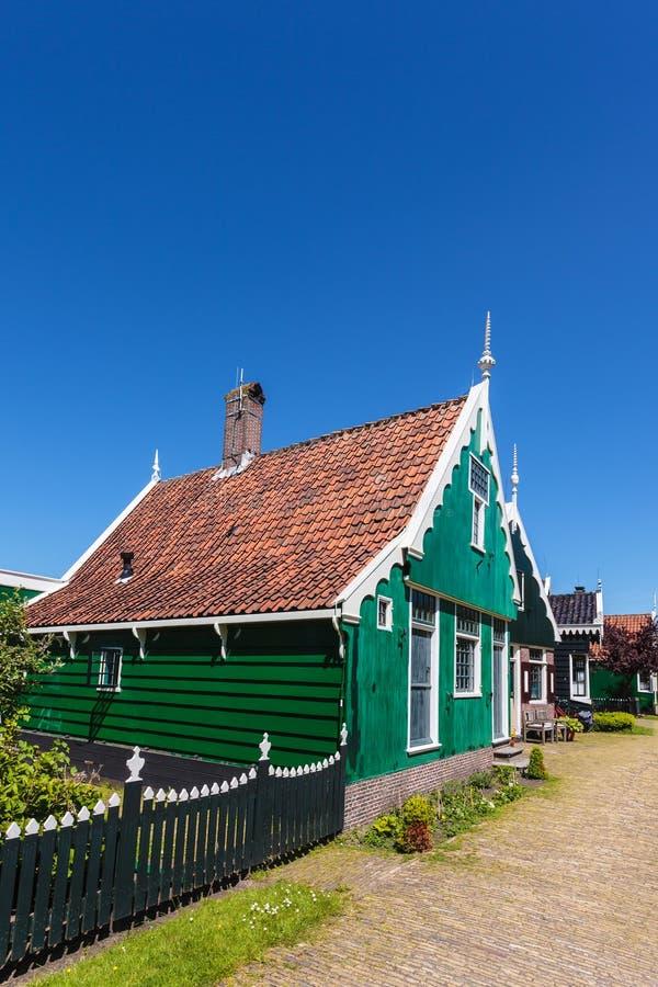 Maison historique néerlandaise verte traditionnelle chez le Zaanse Schans photographie stock libre de droits
