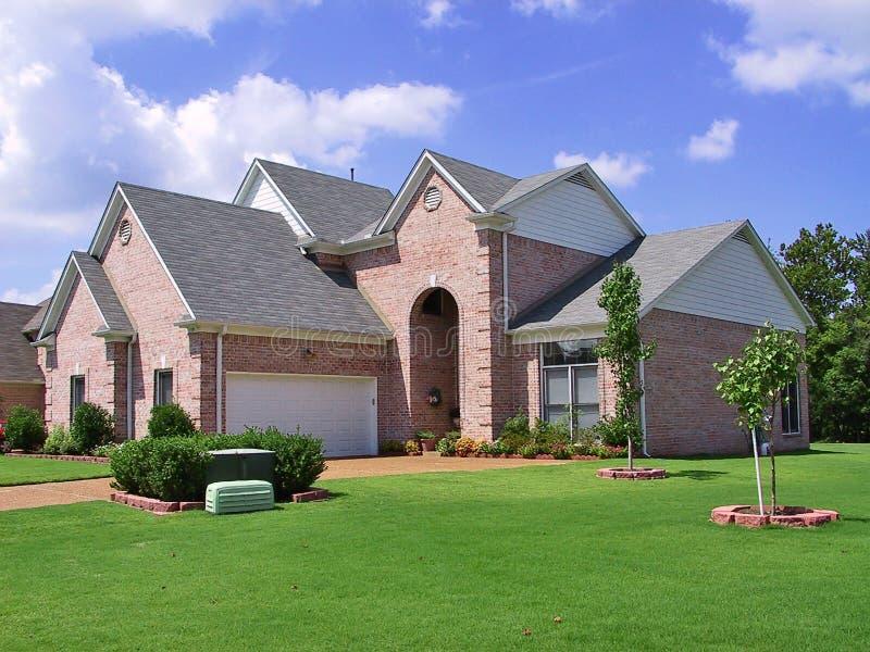 maison individuelle suburbaine riche photo stock image du pelouse assurance 652996. Black Bedroom Furniture Sets. Home Design Ideas