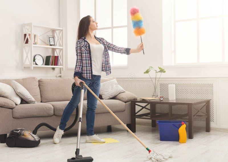 Maison inspirée de nettoyage de femme avec un bon nombre d'outils image stock