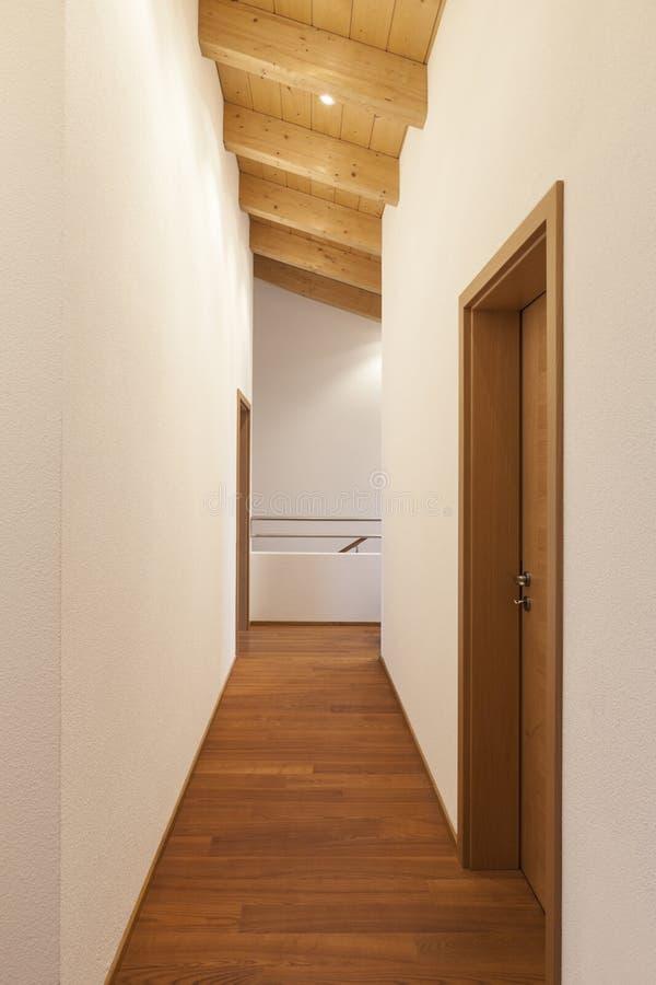 Maison intérieure, couloir image stock. Image du canalisation ...