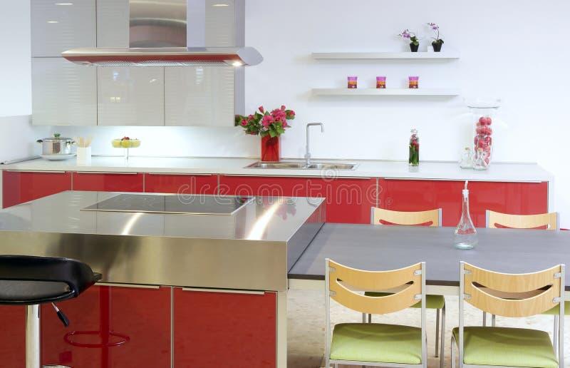 Maison intérieure moderne d'île d'argent rouge de cuisine images libres de droits
