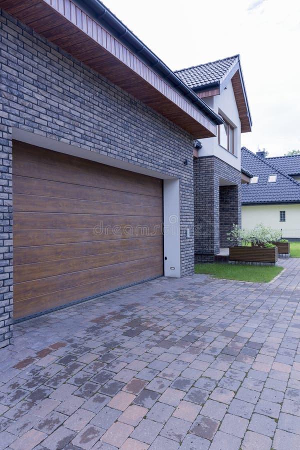 Maison isolée avec la porte automatique de garage image stock