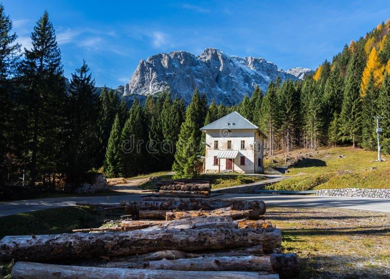 Maison isolée dans les montagnes photo libre de droits