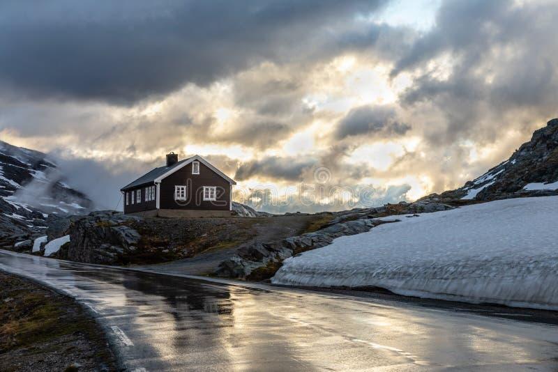 Maison isolée dans les rayons de coucher du soleil sur la route de Dalsnibba vers le fjord de Geiranger, Geiranger, Sunnmore, com photos stock